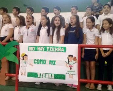 Estudiantes de Primaria cantando a Santa Cruz.